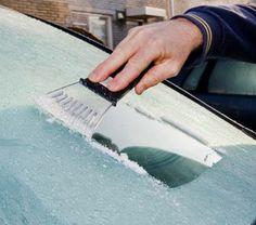 2/3 azijn & 1/3 water! spray op je autoruit en het ijs smelt direct. en minder giftig voor het mileu !!