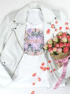 """Du bist die Braut und das kannst du jetzt mit unserem STELLEENA-Braut-T-Shirt auch mitteilen. Das weiße Rundhals-T-Shirt mit dem floralen """"Braut""""-Print ist goldrichtig für dein Casual-Braut- Outfit. Passend für den Junggesellinnenabschied, den Polterabend, das Getting Ready oder die Flitterwochen. Casual Braut, Bell Sleeves, Bell Sleeve Top, Shirts, Outfit, Tops, Women, Fashion, Honeymoons"""