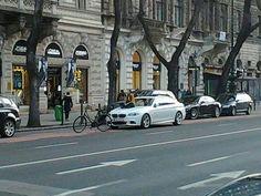 Mindenki vár valamire. Bicikliúton otthagyni az autót amúgy meg nem szép dolog. (via Szeretek Bringázni)