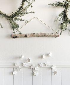 weihnachtsdeko fur die wand mit sternen scandinavian christmas diy decorations minimalist decor plüsch tierkopf wanddekoration weihnachten