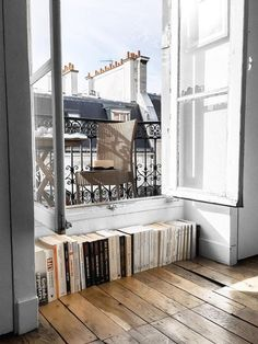 Parisienne is good at using narrow spaces. I'm longing for the apartment room in Paris that appears in books and movies. Here are some of the interiors that will help you create a Parisian apartment-style room.