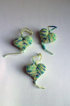 Srdiečko – zelené strakaté - srdiečko uhačkované z bavlny a vyplnené dutým vláknom. Ozdobené dreveným korálikom.  Vhodné ako dekorácia na zavesenie. Instagram Bio, Crochet Earrings, How To Make, Handmade, Jewelry, Fashion, Moda, Hand Made, Jewlery