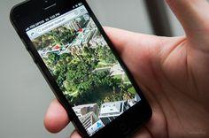 Se você está viajando sem um plano internacional de celular, ative o modo avião e desligue a rede para usar o GPS sem se conectar à internet. Faça o download da área que será visitada no Google Maps enquanto ainda estiver no hotel e você terá um mapa completo para usar durante o passeio.