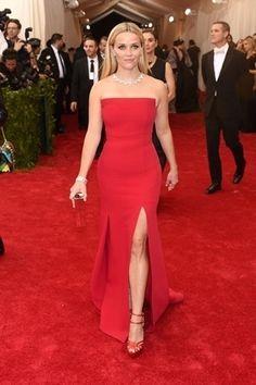 Reese Witherspoon em um tomara-que-caia vermelho com corte reto no MET 2015 e sandálias na mesma cor. Quem assina o vestido é Jason Wu