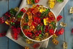 Gummy bears are fun candies that you can easily make at home. The next time you're throwing a party or family gathering, consider making homemade candy with this easy gummy bears recipe. Homemade Gummy Bears, Homemade Candies, Real Food Recipes, Yummy Food, Healthy Recipes, Stevia, Drinks Com Vodka, Eating After Workout, Champagne Gummy Bears