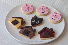 The Three Little Pigs Cookies by jugant a ses cuinetes Pig Cookies, Fondant Cookies, Sugar Cookies, Cupcake Cakes, Pig Birthday, 3rd Birthday Parties, Pig Party, Three Little Pigs, Cookie Decorating
