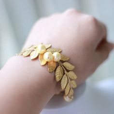 Hey, diesen tollen Etsy-Artikel fand ich bei https://www.etsy.com/de/listing/101215257/blattgold-armband-mit-gold-swarovski