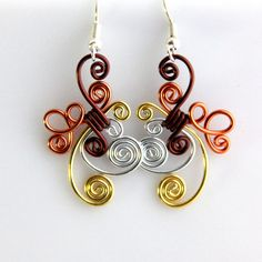 These wonderful fun earrings are made out of anodized aluminum making them super light weight. This design is made out of shiny metals in 18 gauge Funky Jewelry, Wire Jewelry, Jewelry Crafts, Handmade Jewelry, Cute Earrings, Dangle Earrings, Bijoux Fil Aluminium, Fantasias Halloween, Wire Pendant