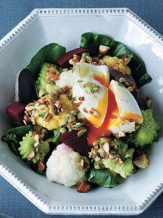 とろとろ卵+カリカリナッツの食感ミックスが正解! 『ELLE a table』はおしゃれで簡単なレシピが満載!