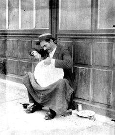 Gallica - Eugene Atget - Raccomodeur de faïence 1899