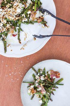 Grillede (eller ovnbagte) asparges med bacon, feta og pinjekerner