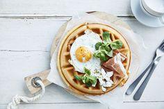Een overheerlijke ontbijtwafel met spiegel-eitje, rauwe ham en geitenkaas, die maak je met dit recept. Smakelijk!