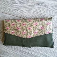 Rêves de Sacs sur Instagram: Porte feuille, porte monnaie, porte carte, ce Complice de Sacôtin est super pratique à glisser dans un sac ! En cuir (de chez Cuirtex) et…
