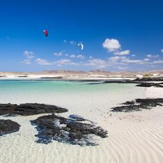 Fuerteventura, Strand von Los Charcos, El Cotillo (Kanarische Inseln) - Travel and Extra Canary Islands Fuerteventura, Places To Travel, Places To Visit, Cheap Beach Vacations, Surf, Beach Vibes, Spain Holidays, Beaches In The World, Paradis
