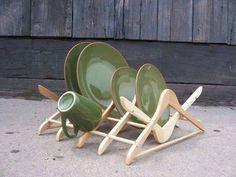 secaplatos fabricado con perchas de madera