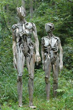 Le terrificanti sculture in legno recuperato dal mare di Nagato Iwasaki