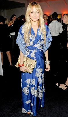 Nicole Richie wore a beautiful boho style wrap dress to a Beverly Hills party. Bohemian Mode, Bohemian Style, Boho Chic, Bohemian Clothing, Shabby Chic, Look Kimono, Kimono Dress, Blue Kimono, Nicole Richie