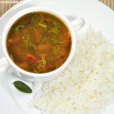 Rasamto jedna z najbardziej rozpoznawalnych potraw kuchni południa Indii. Jest to kwaśna, pikantna zupa przygotowywana zazwyczaj na bazie pomidorów i soku z tamaryndowca. W tradycyjniej kuchni południowoindyjskiej rasam serwowany jest jako drugie danie - Salsa, Curry, Soup, Ethnic Recipes, Curries, Salsa Music, Soups