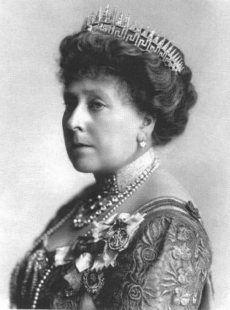 La tiara Rayo de Sol de la reina Victoria,  montada sobre la tiara Del Patrón Griego. Reino Unido.