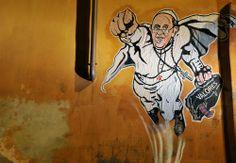 ¡Superpapa! Francisco aparece retratado como Superman en los muros de Roma (+fotos)