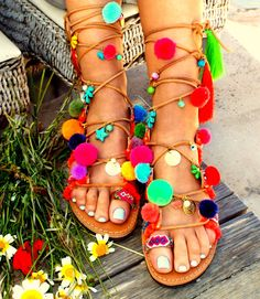 Sandali di pom pom. Sandali, sandali greco, gladiatore colorato pazzo Sandali, sandali felice boho, vi piacerà!! Wow!!! tutti questestate e Mostra il