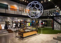Nike Abre Pop-Up Store na Vila Madalena - Nike News Showroom Interior Design, Retail Interior, Showroom Ideas, Pop Up Stores, Sport Bar Design, Nike Retail, Sportswear Store, Corporate Event Design, Minimal House Design