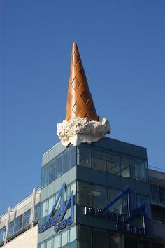 """""""Dropped Cone"""" by Claes Oldenburg and Coosje van Bruggen, sculpture. Roy Lichtenstein, Arte Pop, Andy Warhol, Pop Art, Claes Oldenburg, Critique D'art, Guerilla Marketing, Outdoor Art, Soft Sculpture"""