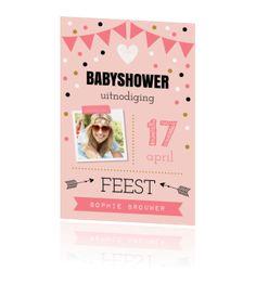 Babyshower uitnodiging met vlaggenlijn, vrolijke confetti en eigen foto.