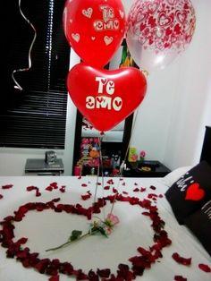 Una cama decorada con petalos de rosas una noche romantica for Cuartos decorados para una noche de amor