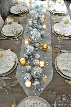 New Year's Eve Table: Be inspired by a disco ball center piece candles and a collection of clocks. This elegant table is full of wow factor! New Year's Eve Table Silver Christmas Decorations, Christmas Table Settings, Silver Ornaments, Christmas Tables, Decoration Gris, Decoration Table, New Years Eve Dinner, New Years Party, New Years Eve 2018