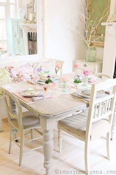 Pretty Easter Table - Decorate your table for Easter with pretty vintage china and spring blooms