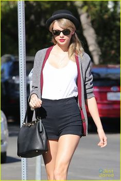 Taylor Swift media gallery on Coolspotters. See photos, videos, and links of Taylor Swift. Taylor Swift Outfits, Estilo Taylor Swift, Taylor Swift Style, Street Style Trends, Looks Street Style, Shorts Negros, Tomboy Look, Hipster Chic, Outfit Trends