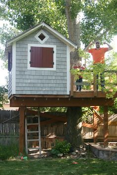 So many of the treehouses I'm seeing on Pinterest are fantasy spaces.  This one looks like it was built by a real dad for use by a real kid.  Well done!