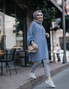 Hijab Fashion summer How to have a modern Hijab chic and comfortable style . - Hijab Fashion summer How to have a modern Hijab chic and comfortable style - hijab tips Hijab Fashion Summer, Modern Hijab Fashion, Street Hijab Fashion, Hijab Fashion Inspiration, Islamic Fashion, Muslim Fashion, Mode Inspiration, Fashion Outfits, Fashion Fashion