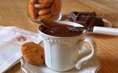 Cioccolata calda con cioccolato fondente, ricetta. http://blog.giallozafferano.it/oya/cioccolata-calda-cioccolato-fondente/