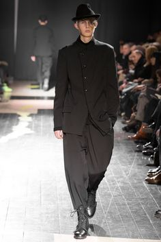 See all the Collection photos from Yohji Yamamoto Autumn/Winter 2015 Menswear now on British Vogue All Black Fashion, All Black Outfit, Trendy Fashion, Mens Fashion, Fashion Menswear, Paris Fashion, Yohji Yamamoto, Fashion 2020, Fashion Brands