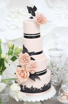 Wedding cake idea; Featured Photographer: Laura Clarke Photography