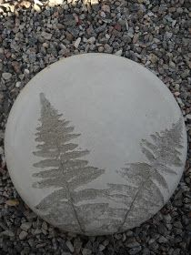 more impressions on concrete Cement Art, Cement Planters, Concrete Cement, Concrete Crafts, Concrete Projects, Stepping Stone Pavers, Stone Path, Diy Garden Decor, Garden Art