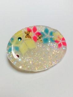 【作品の特徴】UVレジンで作成した髪用のゴムです。中に手書きのお花が描かれており、蝶のパーツとスワロフスキーのストーンが埋め込まれています。多少気泡が入ってお...|ハンドメイド、手作り、手仕事品の通販・販売・購入ならCreema。