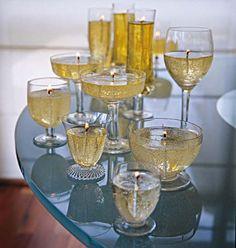 Uma atmosfera romântica pede muitas velas. E, copos de cristal fazem as vezes de suporte. A artesã Renata Fleischmann derreteu parafina sólida – cerca de 200 g para cada taça – em uma panela em fogo baixo. Com a parafina líquida ainda quente (e o fogão desligado), ela acrescentou uma pitada de corante em pó amarelo, mexendo levemente com a ponta de um palito. Ao esfriar, entre 30º e 40º C, verte-se o líquido na taça. Quando a parafina estiver quase no estado sólido, o pavio é colocado no…