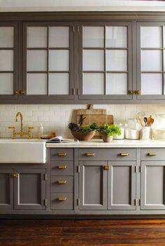 Trouver du papier peint immitation céramique blanche et peinturer les armoires en gris.