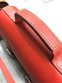 al stohlman bag handle Leather Gifts, Leather Bags Handmade, Leather Pouch, Leather Tooling, Leather Handle, Leather Purses, Leather Handbags, Custom Leather Belts, Leather Workshop