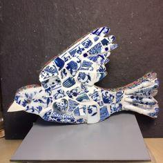 Klein mozaiek van Chinees en Delfts blauw/wit serviesgoed. Rand afgewerkt met gekleurd papier , gevernist.