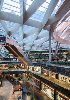 The Toreo Parque Central Shopping Center in Mexico City occupies the space once taken by a large century old bullfighting arena (Cuatro Caminos). Modern project by Sordomadaleno Architects Shopping Mall Interior, Retail Interior, Atrium Design, Facade Design, Mall Design, Retail Design, Stairs Architecture, Architecture Design, Shoping Mall