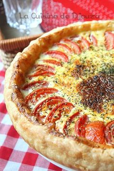 Two tomato puff pastry pie Tarte Tartin, Vegan Junk Food, Tart Recipes, Quiche Recipes, Savoury Dishes, Winter Food, I Love Food, Coco, Food Inspiration