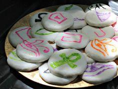 Cookies/Galletitas con decoración egipcia. El Domingo pasado, celebramos el cumpleaños de mi hija. Hicimos una fiesta temática sobre el Antiguo Egipto! En el blog las manualidades, decoraciones, comidas, juegos y otras ideas que puedes utilizar para una fiesta, proyecto escolar y más!