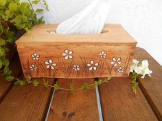 rozkvetlá louka - keramický kryt na kapesníky kryt na papírovou krabici na kapesníky (vysokou), vyrobeno ze šamotové hlíny, dozdobeno bílými kytičkami rozměr - 26x15 cm, výška 10 cm  ....zasílám jako křehké zboží