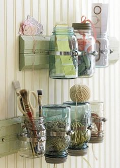 NORGESGLASS: Gamle syltetøyglass fungerer utmerket til oppbevaring av småting på kontoret. Foto: Country Home