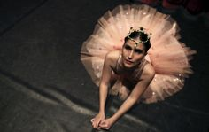 #Ballet para personas ciegas: Blind student Marina Gimaraes of the Association of Ballet and Arts for the Blind, warms up backstage before performing 'Corsario' e 'Paquitas' during celebrations marking Brazil's Children's Day at the Italo Theater in Sao Paulo October 12, 2014. The Association was founded by Brazilian ballerina and physiotherapist Fernanda Bianchini in 1995, when she decided to teach classical ballet to the blind for free