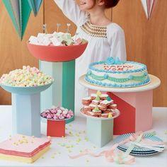 Des présentoires à gâteaux en carton colorés / DIY fete